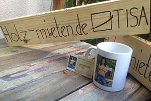 Tasse und Holzbrett - WERBUNG
